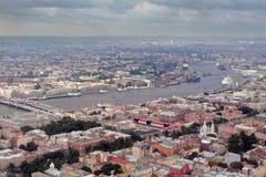 航拍欧洲城市,分开的可航行的河。 免版税库存图片