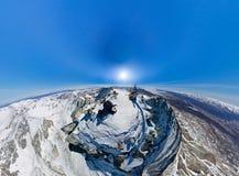 航测一座多雪的山的上面在的一个晴天 库存图片