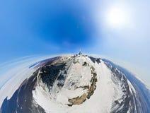 航测一座多雪的山的上面在的一个晴天 图库摄影