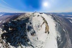 航测一座多雪的山的上面在的一个晴天 免版税库存照片