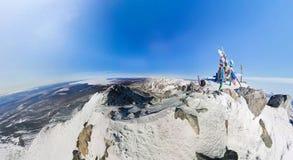 航测一座多雪的山的上面在的一个晴天 免版税库存图片