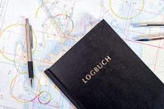 航海书在航行游艇的海图室 库存图片