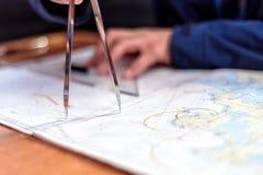 航海在航行游艇的海图室 库存照片