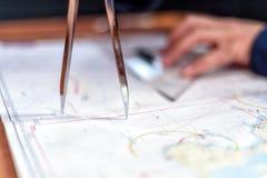 航海在航行游艇的海图室 免版税库存照片