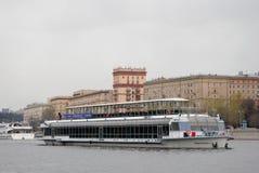 航海季节开头在莫斯科 游轮游行 免版税库存图片