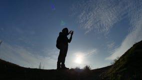 航海旅行剪影概念 人检查智能手机阳光日落的徒步旅行者旅客远足gps的导航员  影视素材