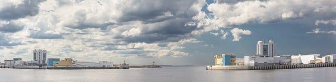 航海通行证圣彼德堡洪水预防设施复合体,俄罗斯S-1全景  免版税库存图片