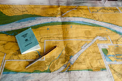 航海通过基尔运河,德国 图库摄影