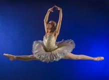 航空中间芭蕾舞女演员的飞跃 库存照片