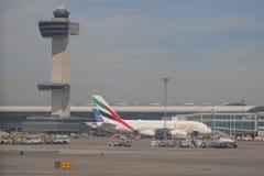 航空交通管制塔和酋长管辖区航空公司空中客车A380在约翰・肯尼迪国际机场 免版税库存图片