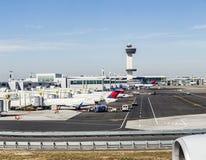 航空交通管制塔和终端4与在的空中飞机 库存图片