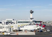 航空交通管制塔和终端4与在的空中飞机 免版税库存照片