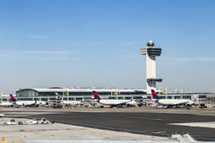 航空交通管制塔和终端4与在的空中飞机 图库摄影