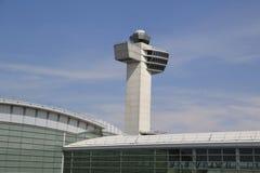 航空交通管制塔在约翰・肯尼迪国际机场 免版税库存照片