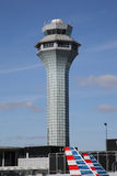 航空交通管制塔在OHare国际机场在芝加哥 免版税库存照片
