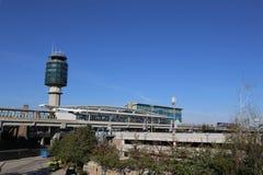 航空交通管制塔在YVR机场 免版税库存图片