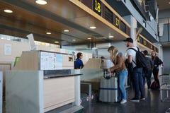 航空公司乘客在机场 免版税库存照片