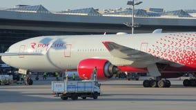 航空公司俄罗斯的飞机沿滑行道被拖曳 股票视频