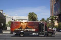 航空公司有大卫・科波菲尔广告的区间车在拉斯韦加斯大道 免版税库存图片