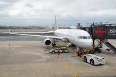 航空公司机场纽瓦克飞机团结了 免版税库存照片
