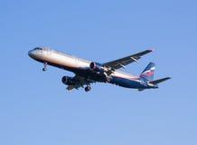 航空公司空中客车A321飞机苏航在谢列梅机场坐下 免版税库存图片