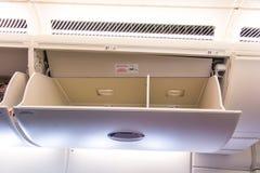 航空公司顶上的存贮隔间 库存照片