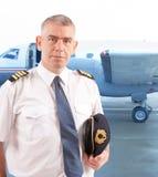 航空公司飞行员在机场 免版税库存照片