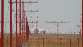 航空公司飞行登陆的飞机方法机场慢动作长的透镜波音737空中客车A320下午晴天 影视素材