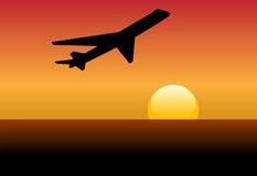 航空公司黎明喷气机剪影日落起飞 免版税库存照片