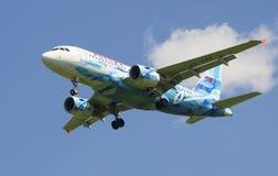航空公司`俄罗斯`的空中客车A319-111 VQ-BAS在橄榄球俱乐部` Zenit `的颜色的 图库摄影