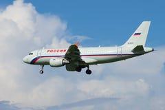航空公司`俄罗斯`的空中客车A319-111 VQ-BAU在一个多云天空晴天飞行 免版税图库摄影