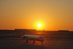 航空公司amercan喷气机庞然大物日落 库存图片