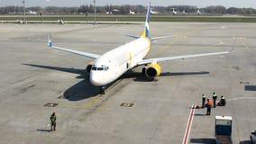 航空器为乘客的登陆停止了在机场 工作者准备乘飞机 股票视频