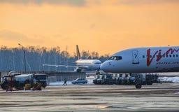 航空器停车处在日落的机场 图库摄影