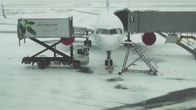 航空器准备的服务飞行的在阿斯塔纳国际机场股票英尺长度录影一个多雪的机场  影视素材