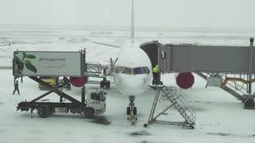航空器准备的服务飞行的在阿斯塔纳国际机场股票英尺长度录影一个多雪的机场  股票录像