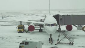航空器准备的服务飞行的在阿斯塔纳国际机场股票英尺长度录影一个多雪的机场  股票视频