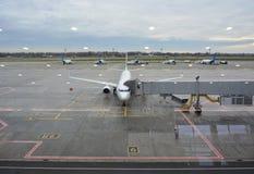 航空器和机场窗口的跑道的看法 免版税库存照片