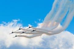 航空器喷气式歼击机抽蓝天白色云彩背景  免版税图库摄影