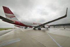 航空器图波列夫204红色飞过在停车场的航空公司 库存图片