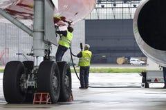 航空器图波列夫204红色飞过在停车场的航空公司 免版税库存照片