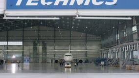 航空器在技术飞机棚 飞机停车处在飞机棚 飞机机场的飞机棚到达 布尔人 影视素材