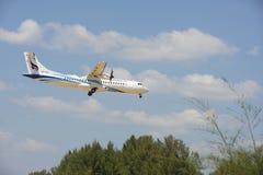航空器在普吉岛Mai Khao海滩的机场附近登陆了  库存照片