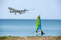 航空器在普吉岛Mai Khao海滩的机场附近登陆了  免版税库存图片