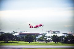 航空器在曼谷,泰国准备起飞从跑道在唐Mueang机场 免版税库存照片