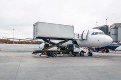航空器在服务在停车处的一次飞行以后在机场 免版税图库摄影