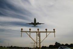 航空器在着陆指示灯的鹿特丹海牙机场登陆 库存照片