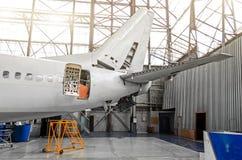 航空器在镀层,内部,尾巴修理维护的飞机棚  免版税库存照片