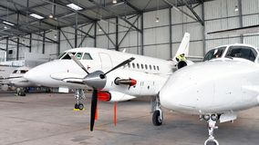 航空器在飞机棚在机场-建筑学和大厦我 库存照片