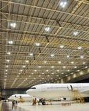 航空器在飞机棚, Soekarno哈达Int机场的线停放 免版税库存照片